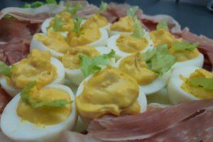 punjena jaja i suvo meso 5 eura