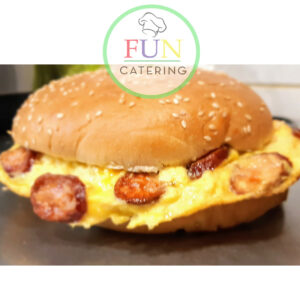 Omlet u burger lepinji sa kobasicom ili kulenom